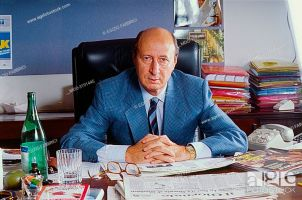 The journalist Gigi Vesigna in his office at the editorial headquarters of 'Tv Sorrisi e Canzoni'. Photo shooting. Milan (Italy), 1990